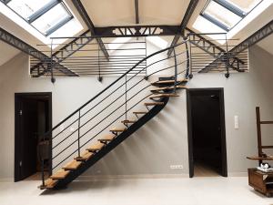 escalier design industriel avec mezzanine