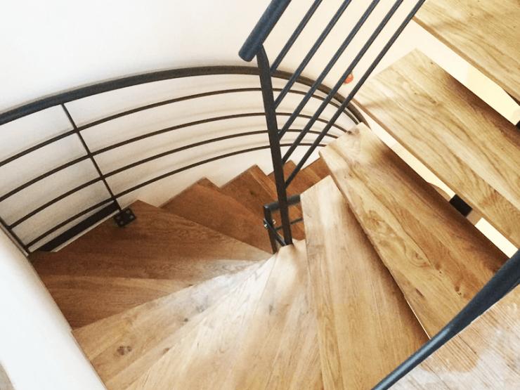 Escalier design avec garde corps